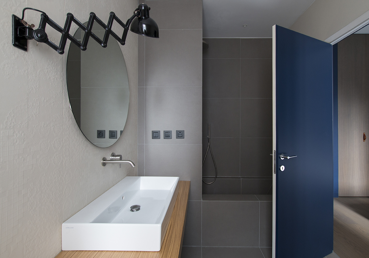 Kickoffice interiors designer architect casadf bathroom mirror lamp blue gray mutina dechirer shower