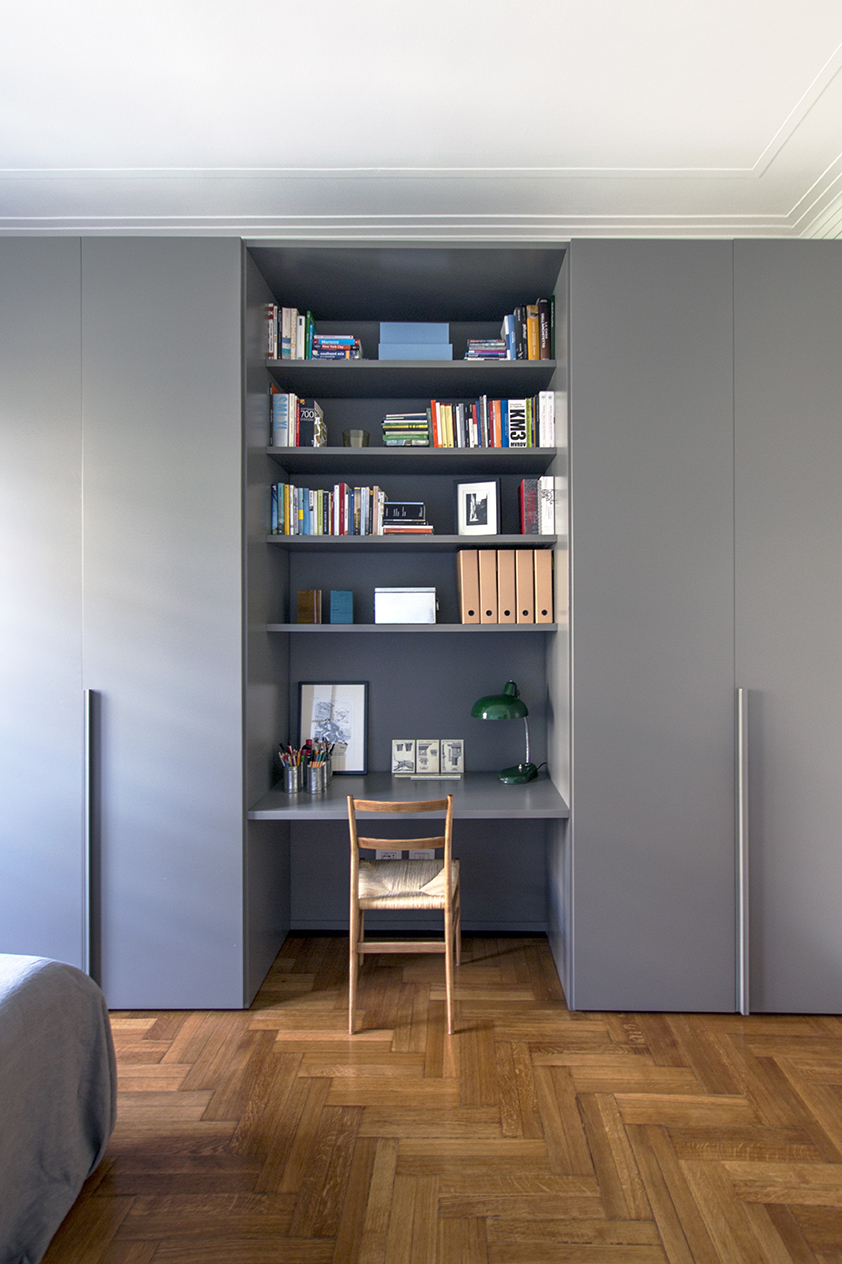 Kickoffice interiors designer architect casaa bedroom closet homeoffice shelves grey wood books cassina leggera ponti